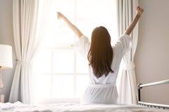 放松在酒店房间的亚裔妇女 免版税库存图片