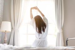 放松在酒店房间的亚裔妇女 库存图片