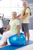放松在锻炼以后的微笑的老夫妇 图库摄影