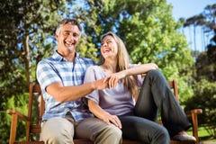 放松在长凳的公园的夫妇 免版税图库摄影