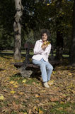 放松在长凳的妇女 库存图片