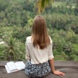 放松在阳台的少妇 库存照片
