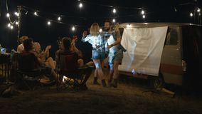 放松在露营地的嬉戏的笑的人民 影视素材