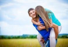 放松在领域的浪漫夫妇 免版税图库摄影