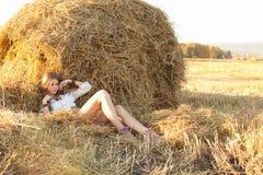 放松在领域的秸杆的秀丽妇女 库存照片