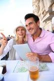 放松在餐馆的夫妇在罗马 免版税图库摄影