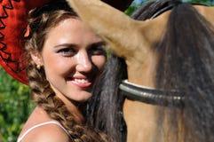 放松在马附近的年轻可爱的妇女 免版税图库摄影