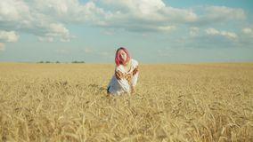 放松在麦田的优美的妇女在日落 影视素材