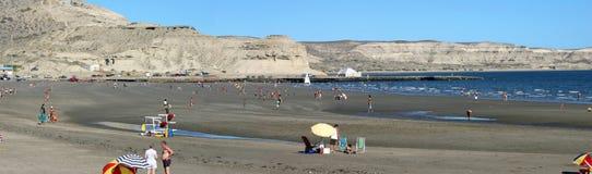 放松在巴塔哥尼亚的海滩的人们 库存图片