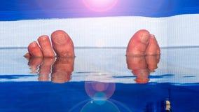 放松在水池的两英尺 免版税图库摄影