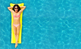放松在水池的妇女。