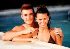 放松在水池的愉快的夫妇 免版税图库摄影