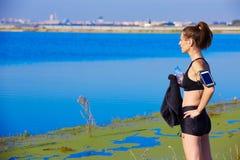 放松在锻炼以后的赛跑者妇女室外 免版税库存照片