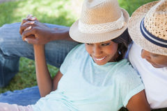 放松在他们的庭院里的微笑的夫妇 免版税库存照片