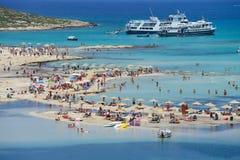 放松在Balos海滩的人们在克利特 免版税库存图片