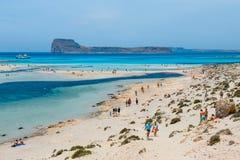 放松在Balos的人们在克利特,希腊靠岸 Balos海滩是一个在Cre的美丽的海滩 免版税库存图片