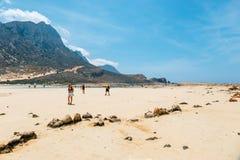 放松在Balos的人们在克利特,希腊靠岸 Balos海滩是一个在Cre的美丽的海滩 库存图片