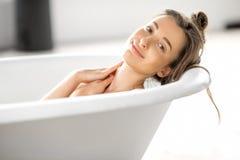放松在bathtube的妇女 免版税库存图片