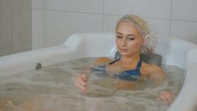 放松在hydromassage浴缸的美丽的妇女 股票视频