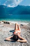 放松在Pebble海滩的年轻美丽的妇女顶视图在是 库存照片