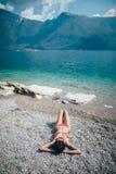 放松在Pebble海滩的年轻美丽的妇女顶视图在是 图库摄影