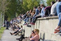 放松在Rosengarten的人们,玫瑰园是在伯尔尼东北部老镇的一个公园  免版税图库摄影