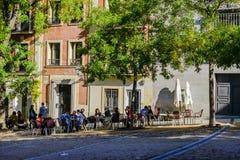 放松在terrazza的人们 免版税图库摄影
