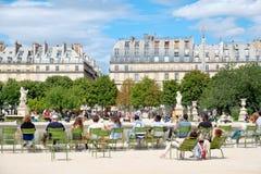 放松在Tuileries庭院的Parisians在一个美好的夏日在巴黎 库存照片