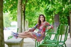 放松在Tuileries庭院里的巴黎人妇女在一个晴朗的夏日 库存图片