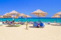 放松在Vai海滩克利特,希腊 免版税图库摄影