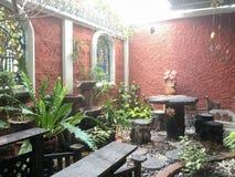 放松地区在有木桥梁的一个庭院里 免版税库存照片