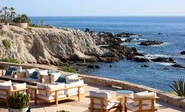 放松地方海景在岩石峭壁在加利福尼亚Los Cabos墨西哥好的旅馆餐馆有意想不到的看法 库存照片