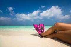 放松夏天海滩假期假日的妇女在沙子 免版税图库摄影