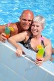 放松夫妇愉快的池 免版税图库摄影