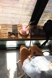 放松女孩在咖啡馆 免版税库存照片