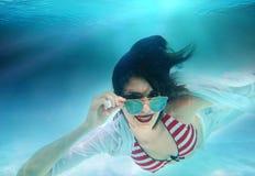 放松妇女的身体在水面下 库存照片