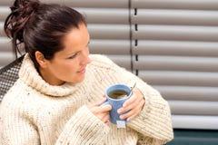 放松妇女水杯茶被编织的毛线衣 库存图片