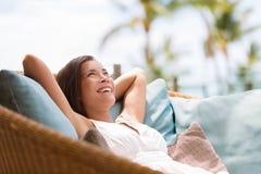 放松家庭生活方式的妇女享用豪华沙发 图库摄影