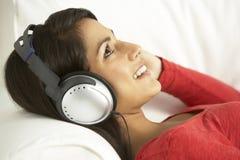 放松对妇女的听的音乐 免版税图库摄影