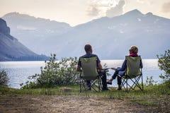 放松弓湖的年轻夫妇在亚伯大,加拿大 库存图片