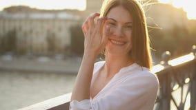 放松愉快的快乐的少妇画象户外 看照相机和微笑的美丽的女孩 股票视频