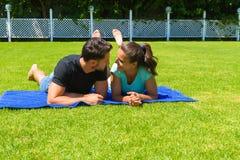 放松愉快的年轻的夫妇享用太阳 免版税库存图片