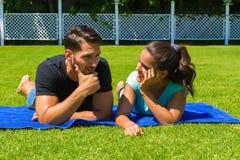 放松愉快的年轻的夫妇享用太阳 免版税库存照片