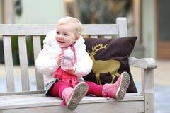 放松户外在xmas时间的小女孩 免版税库存照片