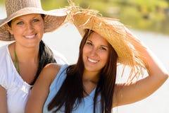 放松户外夏天的母亲和女儿青少年 免版税库存图片