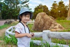 放松户外自白天,在vac的旅行的愉快的亚裔女孩 免版税库存照片