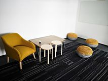 放松斑点-咖啡桌和五颜六色的椅子 免版税库存照片