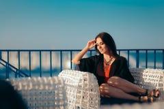 放松暑假的愉快的妇女 免版税库存图片