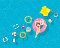 放松有五颜六色的游泳圆环海滩球的少妇在手段游泳池 免版税库存照片