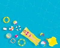 放松有五颜六色的游泳圆环海滩球的少妇在手段游泳池 免版税图库摄影